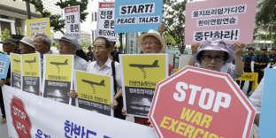 Des manifestants sud-coréens contre les manœuvres militaires conjointes, rassemblés à Séoul, le 22 août.