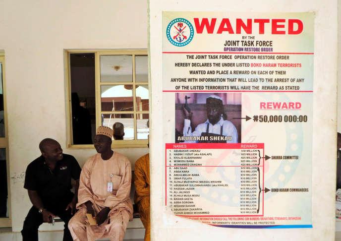 Avis de recherches d'Aboubakar Shekau, numéro un de Boko Haram, affiché dans un village du nord-est du Nigeria.