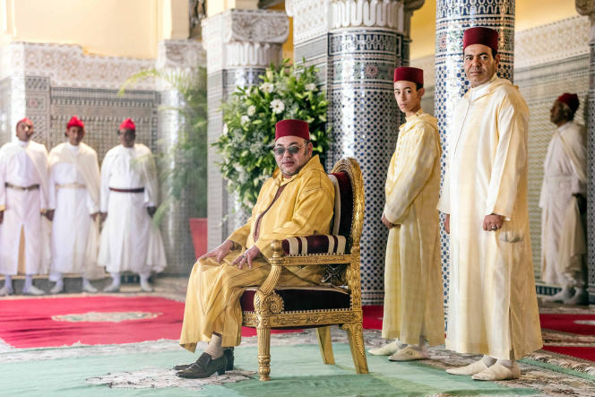 Le roi du Maroc, Mohammed VI, et son fils, le prince Moulay Hassan (au second plan à gauche), à Rabat, le 8 juillet. Balkis Press/ABACAKing Mohammed VI of Morocco (center), accompanied by his son, Prince Moulay Hassan (2nd from R), attends the &