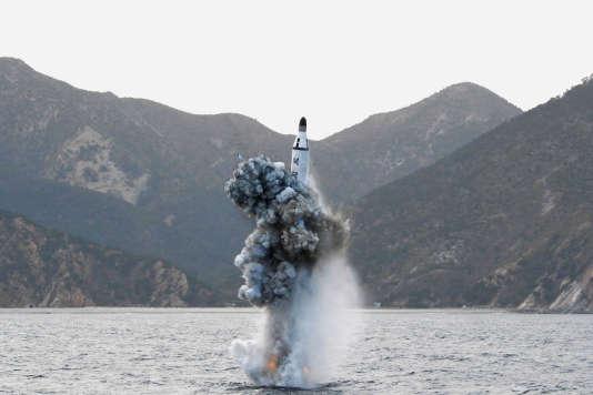 Tir d'un missile depuis un sous-marin, selon une photo d'archives diffusée le 24 avril par l'agence nord-coréenne KCNA.