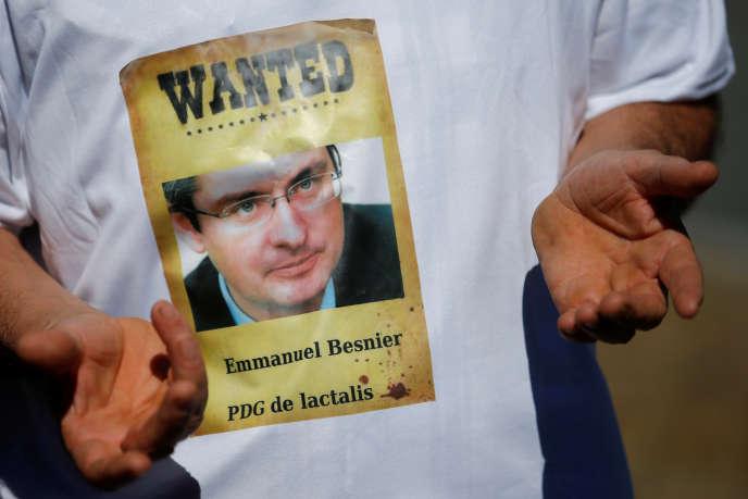 Un producteur laitier de la FNSEA porte un T-shirt avec le portrait d'Emmanuel Besnier, le PDG de Lactalis, à Laval le 23 août.