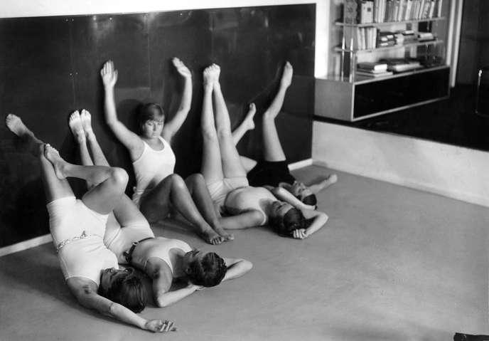 Dans un appartement de style Bauhaus, Allemagne, années 1930.