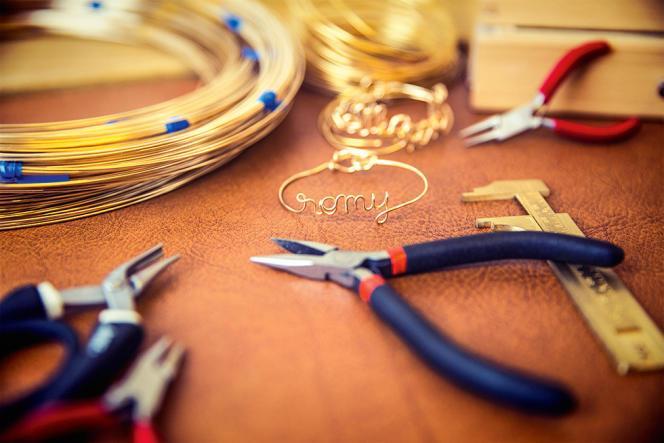 Les artisans de l'atelier Paulin créent à la demande des bijoux à message.