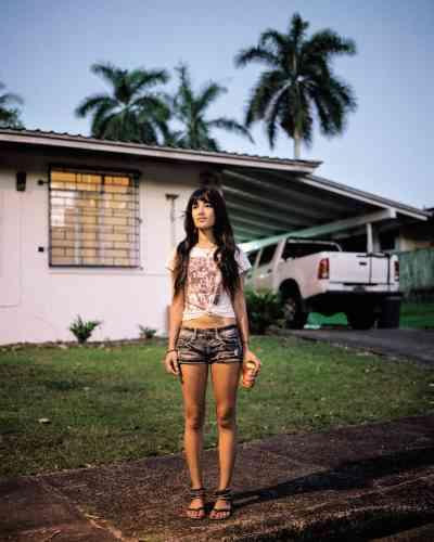 Maria Kisling, 22 ans, pose devantla maison d'une amie,à Los Rios. Fille d'un ancien soldat stationné au Panama, ellea vécu, petite, dans la zone du canalet habite aujourd'huià Balboa.De nombreux enfantsde Zoniens reviennent vivre au Panama, parfois dansla maisonqu'occupaient leurs parents.