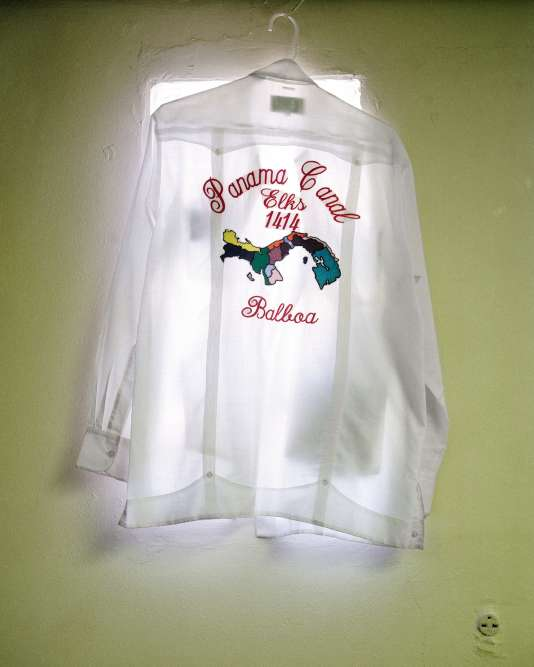 Une chemise d'uniforme du Elks Club. Cette confrérie américaine, fondéeà New York en 1868, avait ouvert une loge dans la zone du canal. Ses membres se retrouvaientau numéro 1414 de La Boca.
