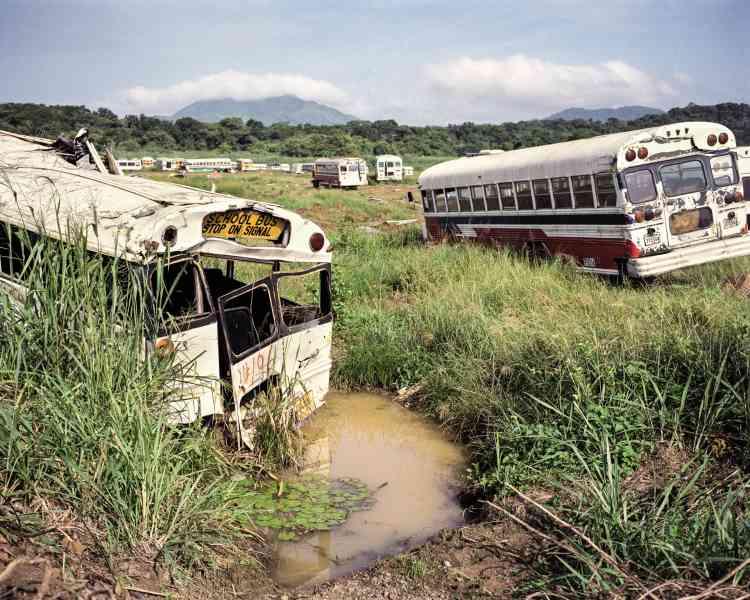 Des Diablos Rojos aurebut dans l'ancienne base aéronautique américaine Fort Howard. Jusqu'en 2013, les transports publics de Panama City étaientassurés par ces anciens bus scolairesaméricains, repeintsaux couleurs du pays.