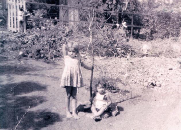 Originaire d'un quartier miséreux du Port, à La Réunion, Jessie Moënner (ici avec son petit frère) fait partie des enfants réunionnais qui furent arrachés à leur famille.