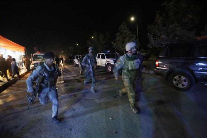 Les forces de sécurité afghanes interviennent à la suite d'une attaque sur le campus de l'université américaine d'Afghanistan à Kaboul, le 24août.