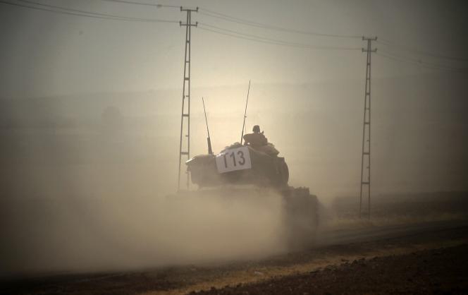 Des tanks turcs à la frontière avec la Syrie, le 24août.