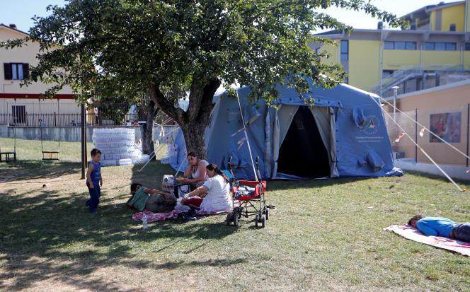 Des rescapés s'abritent sous des tentes pour la nuit.