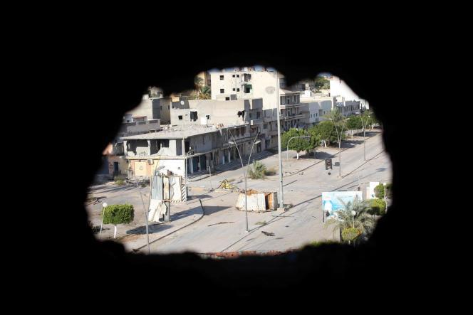 Vue depuis un immeuble endommagé à Syrte, en Libye, le 24 août.