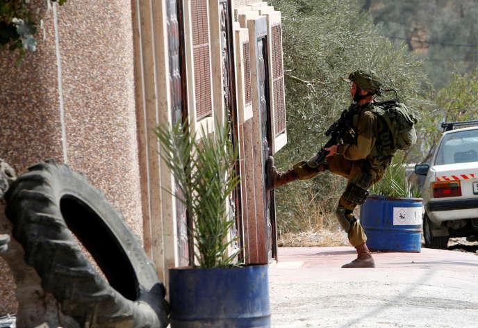 Un soldat israélien, le 24 août, dans le village de Madama près de Naplouse.