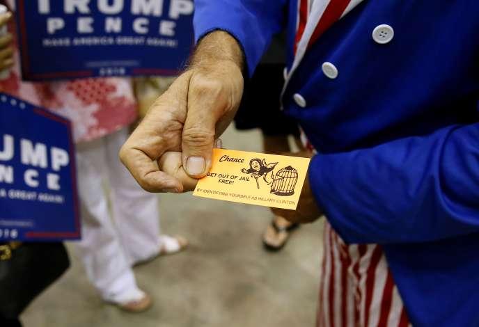 Un partisan de Donald Trump tient une carte « sortie de prison », inspirée du Monopoly, à l'effigie de la candidate démocrate Hillary Clinton. A Jackson, Mississippi, le 24 août.