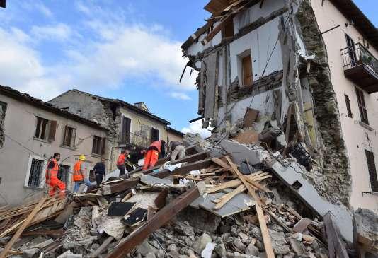 Des sauveteurs cherchent dans les décombres d'Arquata del Tronto, après le seisme d'une magnitude de 6,2qui a frappé le centre de l'Italie mercredi 24 septembre.