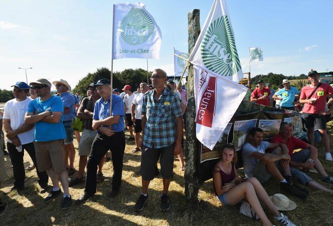 Une manifestation des producteurs de lait, à Changé, en Mayenne, le 24 août 2016.