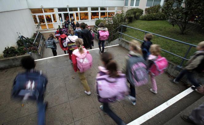 Les mesures de sécurité à l'entrée des établissements scolaires sont maintenues en cette rentrée, et l'accent mis sur les exercices de simulation et les gestes de premier secours. (AP Photo/Christophe Ena)