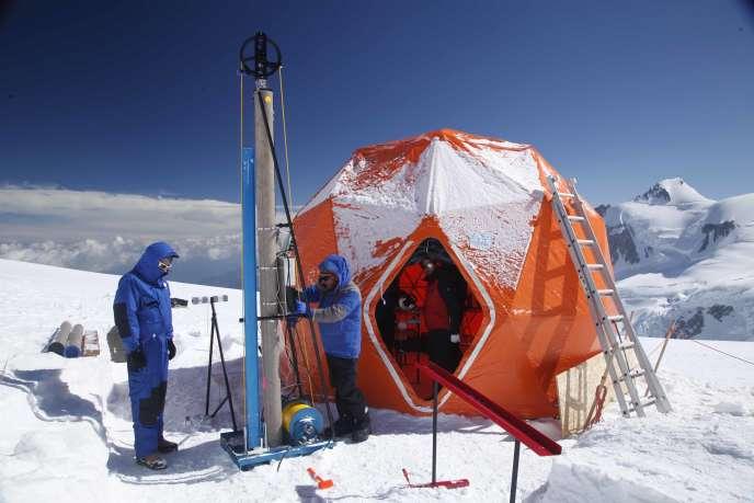 Une équipe internationale fore la glace avec un carottier au col du Dôme (4 300 mètres) dans le massif du Mont-Blanc.