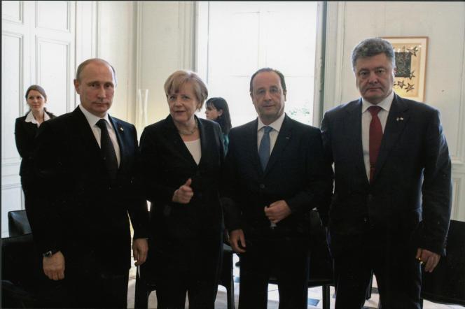 La rencontre entre Vladimir Poutine et Petro Porochenko, le 6 juin 2014, au château de Bénouville, immortalisée par le photographe de l'Elysée.