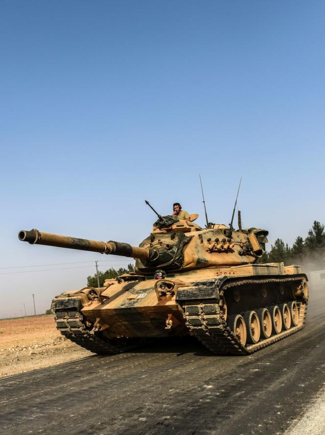 Un char de l'armée turque pénètre sur le sol syrien, mercredi 24 août.