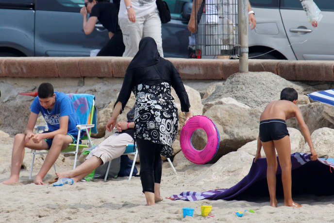 Une femme portant un voile musulman sur une plage à Marseille, le 17 août 2016.