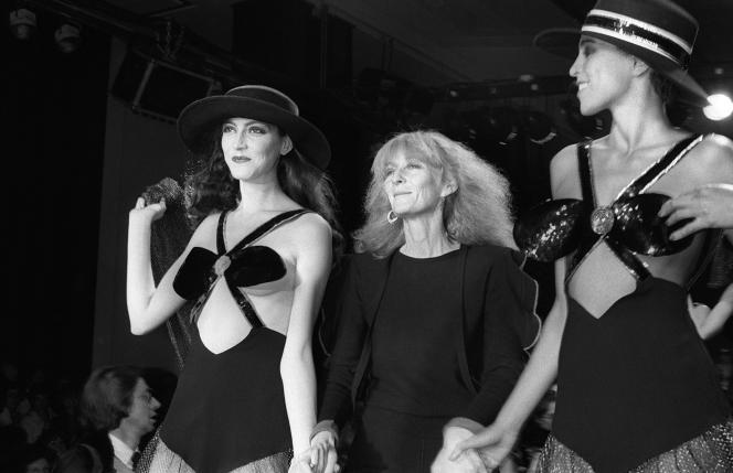 Sonia Rykiel présente deux modèles lors d'un défilé en 1980.