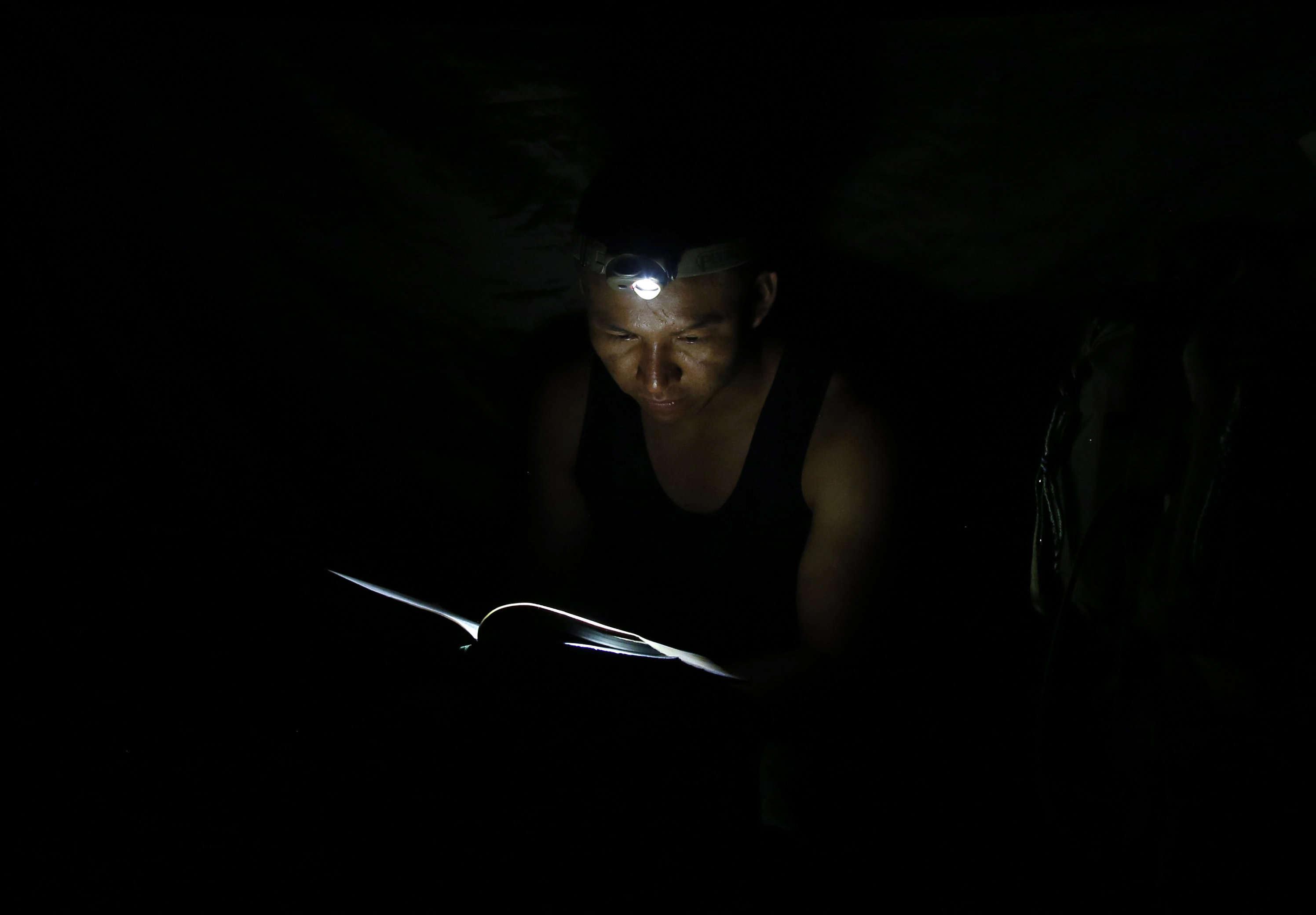 Un guérrillero du 48e front lit un ouvrage de Manuel Marulanda Vélez,cofondateur et commandant en chef des FARC.