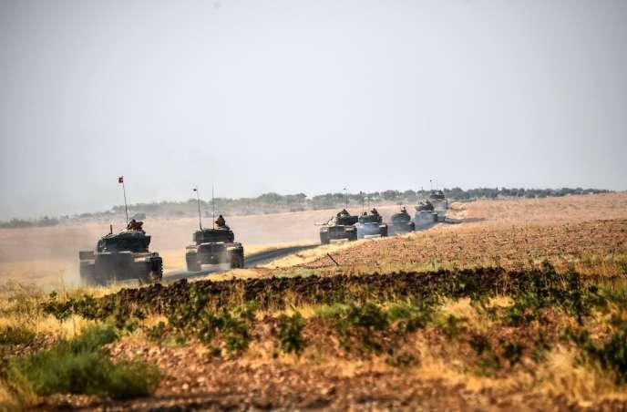 Des chars de l'armée turque en route vers la ville syrienne de Djarabulus, le 25 août 2016.