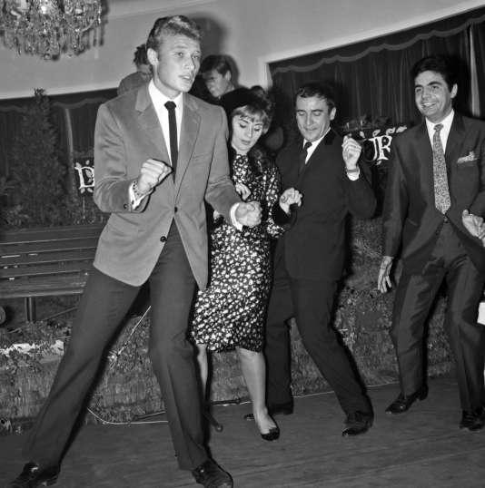 Johnny Hallyday danse le twist avec les comédiens Annie Cordy, Jean-Marc Thibault et Roger Pierre, dans les années soixante.