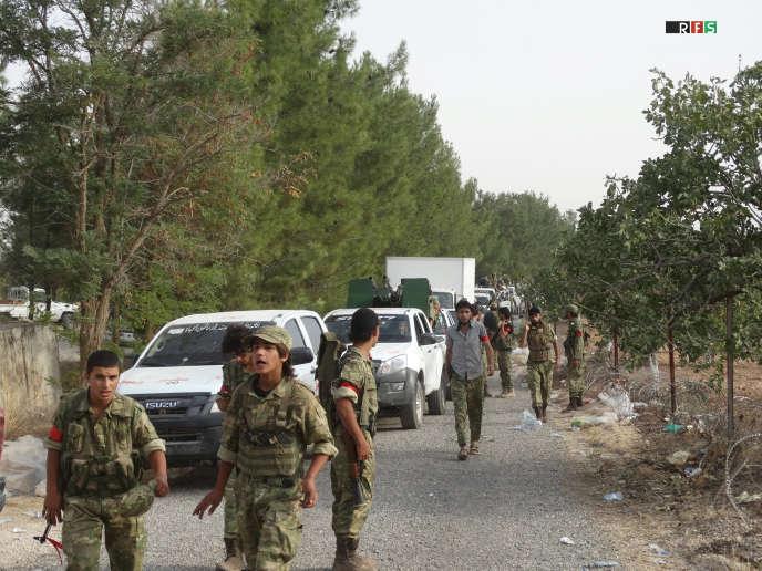 Des combattants de l'Armée syrienne libre sur la route de Djarabulus, en Syrie, lors de l'offensive contre l'organisation Etat islamique, le 24 août 2016.