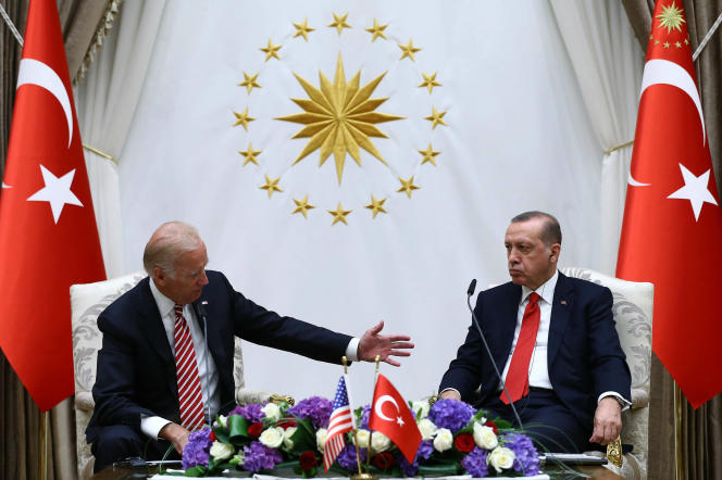Le vice-président américain, Joe Biden, avec le président turc, Recep Tayyip Erdogan, le 24 août à Ankara.
