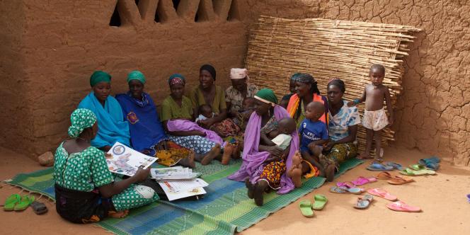 A Gararoua, au Niger, Hadiza est le relais de sa communauté. Elle explique aux femmes de son village comment composer des menus pour résister à la longue saison des pluies.