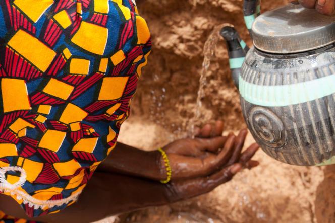 A Gataraoua, la personnerelais de la communauté réapprend aux villageoises des gestes simples mais essentiels pour préserver la santé de tous : se laver les mains soigneusement.