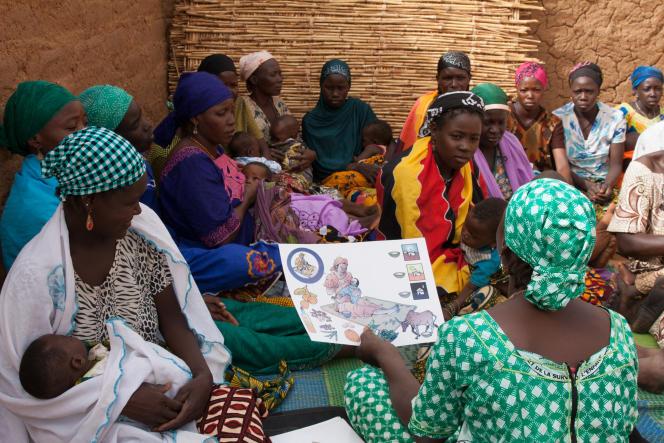Hadiza, personne relais de son village, Gataraoua, dans l'ouest du Niger,explique les bases d'une alimentation équilibrée à ses voisines.