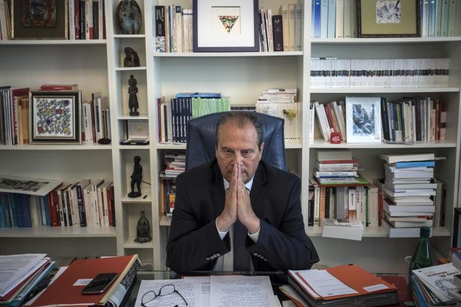 Le premier secrétaire du Parti Socialiste, Jean-Christophe Cambadélis, lors de son interview au «Monde», le 25 août 2016 dans son bureau au siège du PS, rue Solferino à Paris.