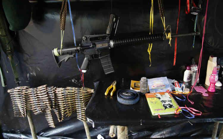 Un fusil d'assaut àl'intérieur d'une tente du campement du 48e front, dans la jungle de Putumayo. L'immense majorité des 47 millions de Colombiens n'a jamais connu un pays en paix.