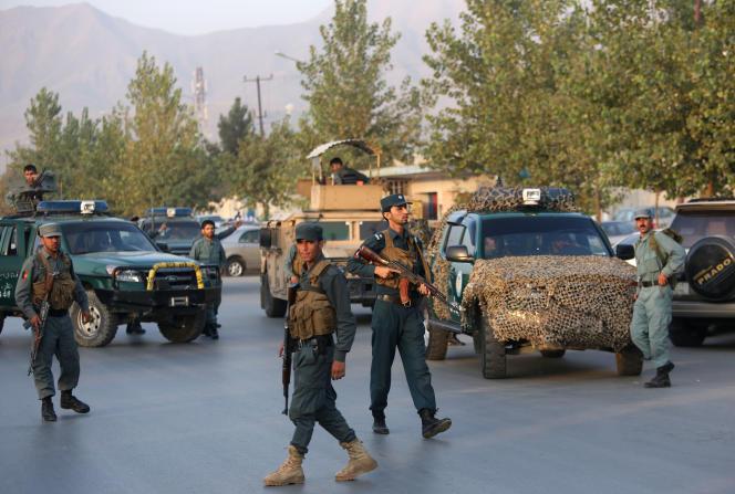 Le 25 août, des membres des forces de sécurité afghanes devant l'Université américaine de Kaboul, cible d'une attaque armée la veille.