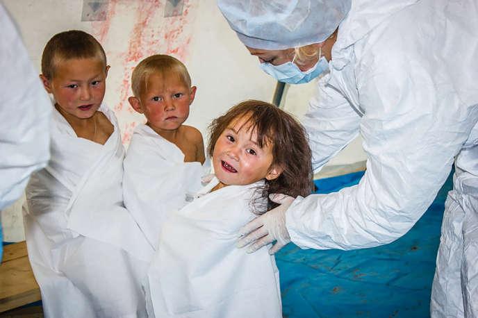 Un médecin observe l'état de santé d'enfants à Yar-Salé, en Sibérie occidentale, après la réapparition de la maladie du charbon (photo non datée).