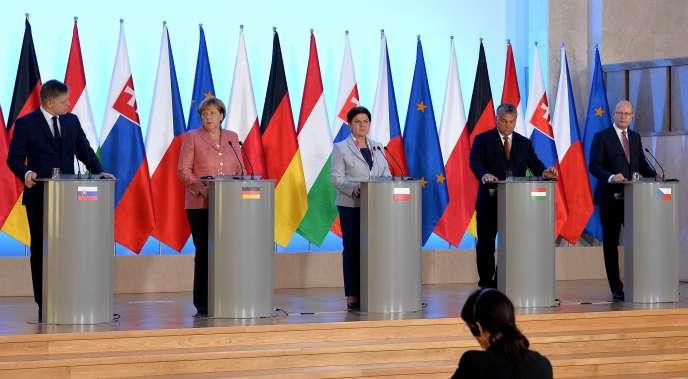 De gauche à droite : le premier ministre slovaque, Robert Fico, la chancelière allemande, Angela Merkel, la première ministre polonais, Beata Szydlo, le premier ministre hongrois, Viktor Orban, et le premier ministre tchèque, Bohuslav Sobotka, le 26août, à Varsovie.