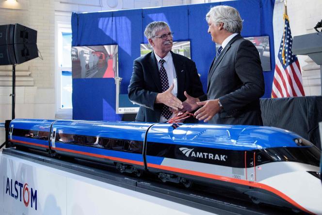 Joseph H. Boardman, le président d'Amtrak et Jerôme Wallut, levice-président d'Alstom Amérique du Nord,ont signé un contrat historique à Wilmington, dans le Delaware.