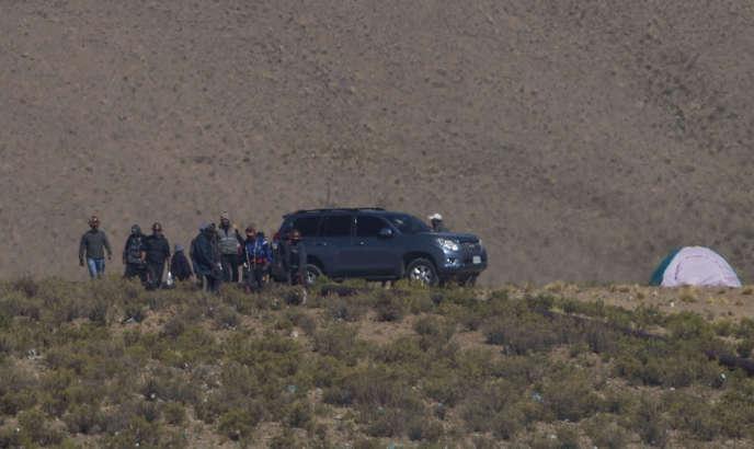 Des mineurs autour de la voiture du vice-ministre Rodolfo Illanes, le 25 août, à Panduro, en Bolivie.