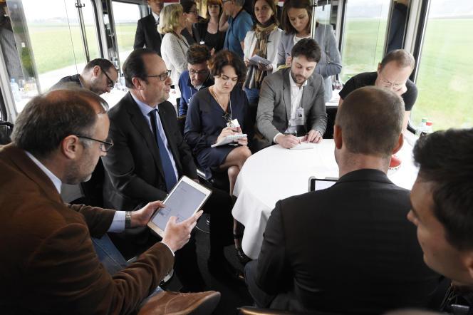 François Hollande répondant aux questions des journalistes dans le train entre Zurich et Lausanne le 16 avril 2015.