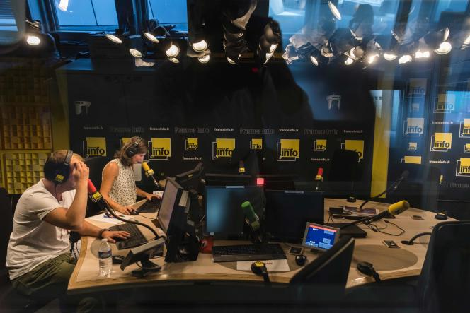 «La légitimité des médias publics tient aux valeurs culturelles et sociales qu'ils défendent, à leur capacité de répondre au besoin de références fortes ressenti par notre société» (Photo :employés de France Info, le 26 août).