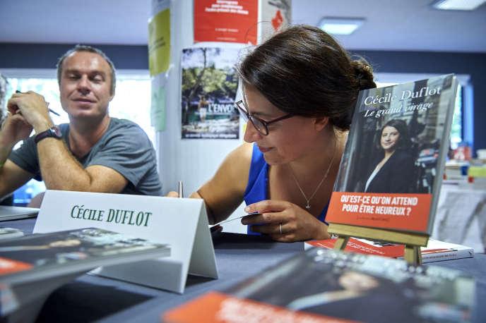 Cécile Duflot en dédicace aux journées d'été d'EELV à Lorient, le 25 août.