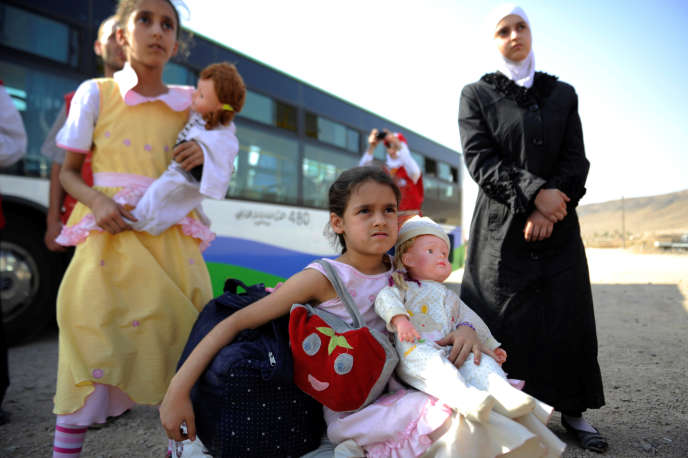 Des petites filles évacueés de la ville assiégée de Daraya en banlieue de Damas arrivent au camp de Herjalleh en zone contrôlée par le gouvernement, le 27 août 2016, suite à l'accord passé entre le régime et les rebelles.