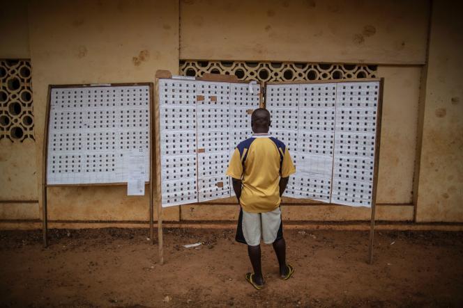 Un électeur gabonais à Libreville, le 27 août 2017.