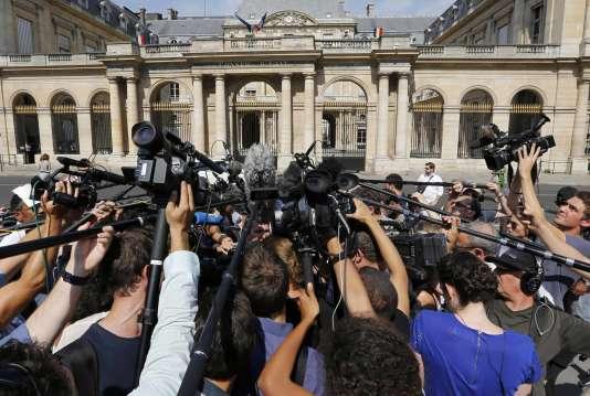 Des journalistes devant le Conseil d'Etat, le 26 août.