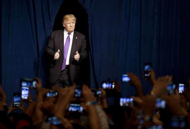 Donald Trump, ici à Las Vegas, en février 2016, affichait alors son statut de candidat très riche en portant des costumes Brioni.