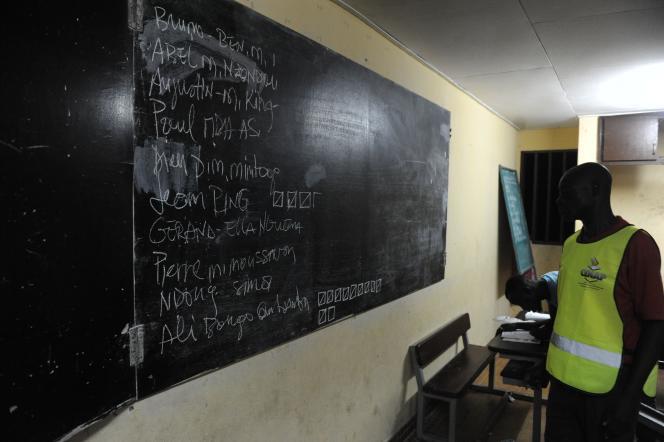 Un membre de la Commission électorale nationale autonome et indépendante, le 27 août, dans un bureau de vote à Libreville (Gabon).