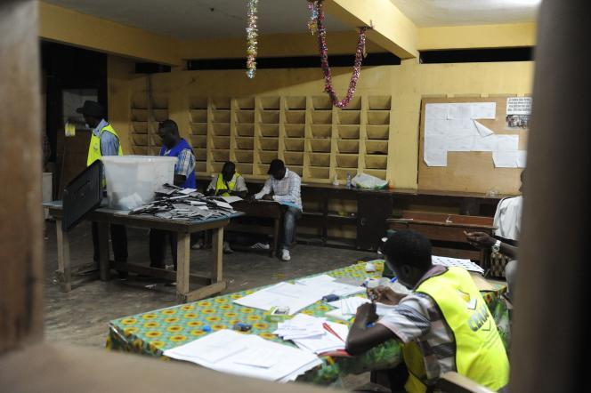 Des membres de la Commission électorale nationale autonome et indépendante (CENAP), le 27 août 2016, dans un bureau de vote à Libreville (Gabon).