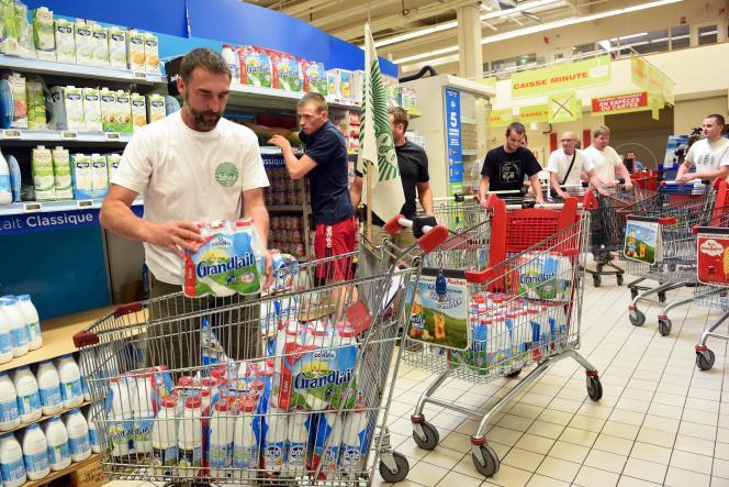 Action de producteurs de lait dans un supermarché de Louvroil (Nord), le 27 août 2016.